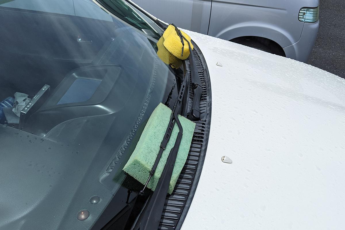 洗車のとき使うスポンジでも挟んでおくと安全